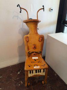 Ein musikalischer Stuhl in der Kunstausstellung in der Capitainerie