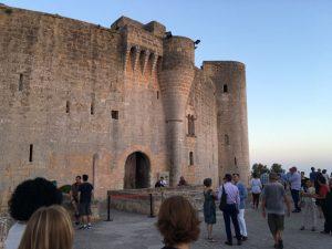 Schloss Bellver mit feierlich gekleideten Gästen