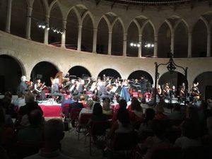 Orchester mit Sängerin in historischer Kulisse