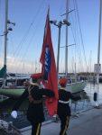 Die Fahne wird aufs Boot gebracht