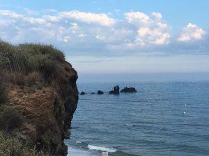 Viele Felsen liegen vor dem Strand von Cap d'Agde