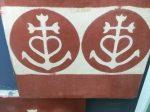 Das Emblem: Anker, Herz und Kreuz, wie der Stier und das Pferd