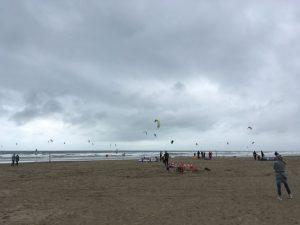 Trotz sieben Windstärken ist der Strand voll