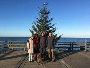 Gruppenfoto mit Weihnachtsbaum